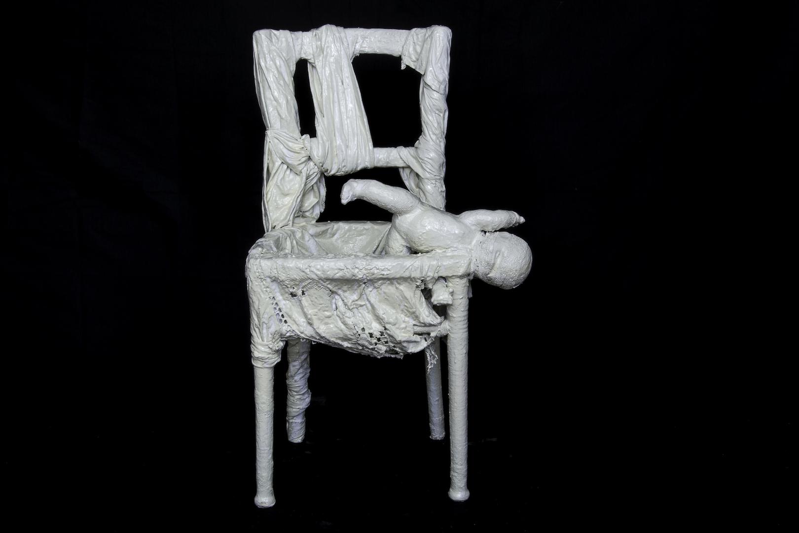 Brisure, chaise (bois, tissus divers, plâtre, acrylique)