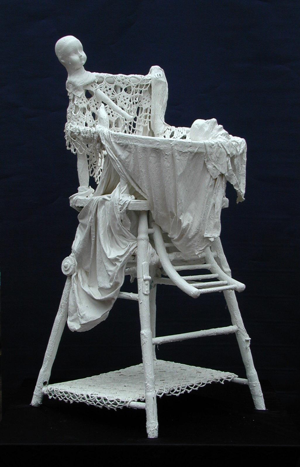 Voix brisée, chaise-haute (bois, tissus divers, plâtre, acrylique)