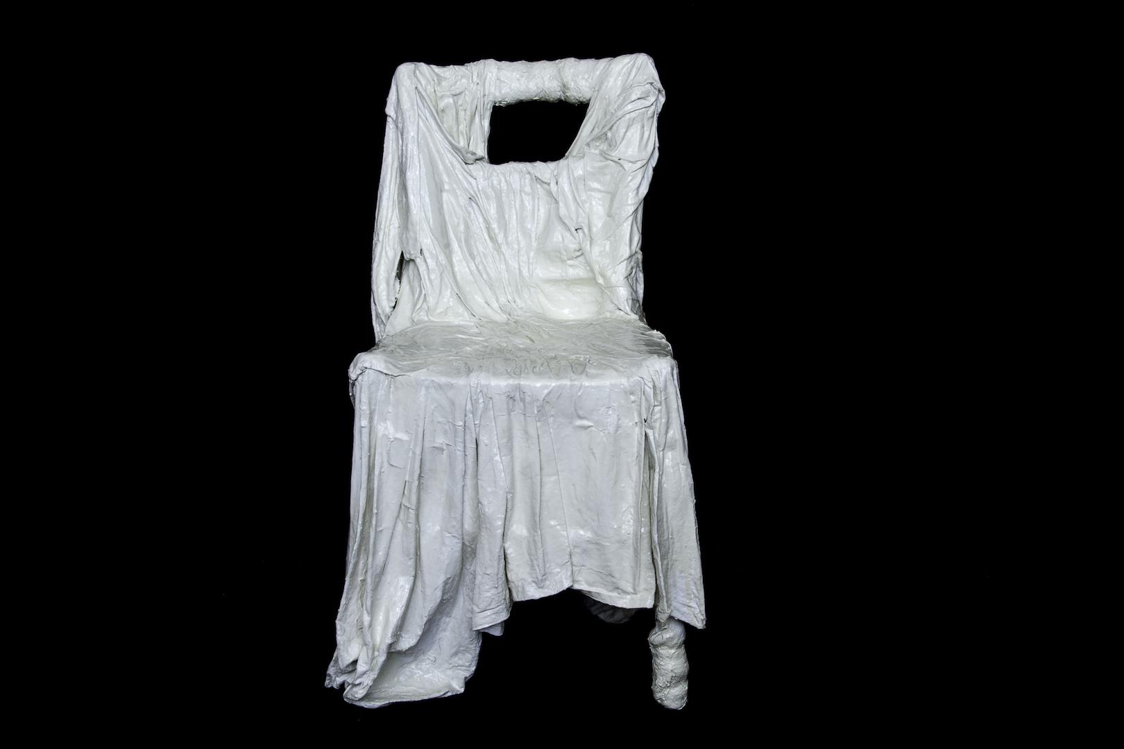 Voix brisée, chaise (bois, tissus divers, plâtre, acrylique)