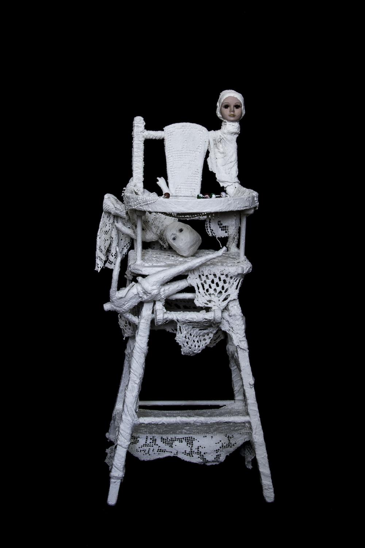 Voix brisée, chaise-haute (bois, tissus divers, porcelaine, plâtre, acrylique)