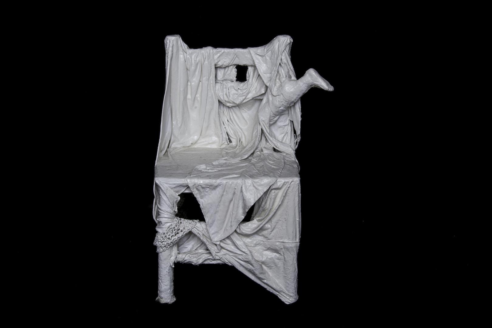 Voix brisée, chaise enfant (bois, tissus divers, plâtre, acrylique)