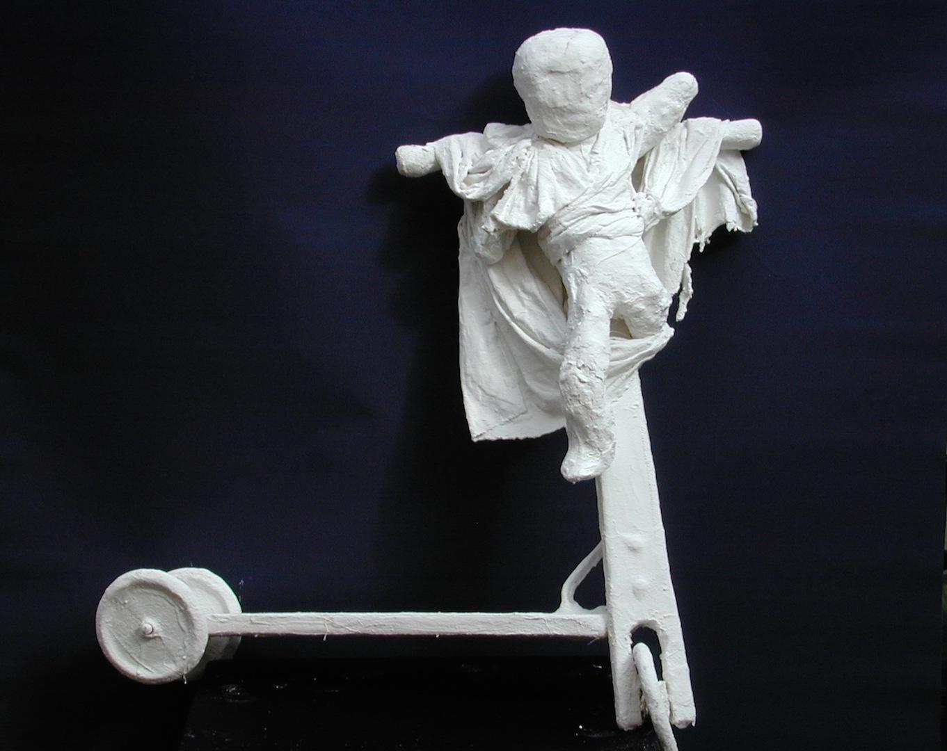 L'enfant crucifié, trottinette (bois, tissus divers, plâtre, acrylique)